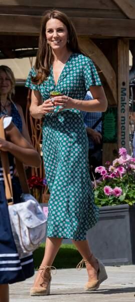 Kate Middleton en robe longue fleurie Sandro, et ses fameuses espadrilles Castaner.