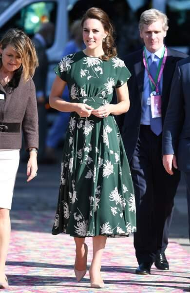 Kate Middleton adore les imprimés comme le prouve cette robe Rochas, portée le 22 mai 2017.