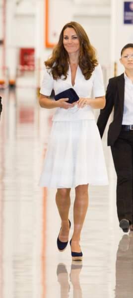 Kate Middleton dans un ensemble blanc immaculé signé McQueen lors de son séjour à Singapour en 2012.