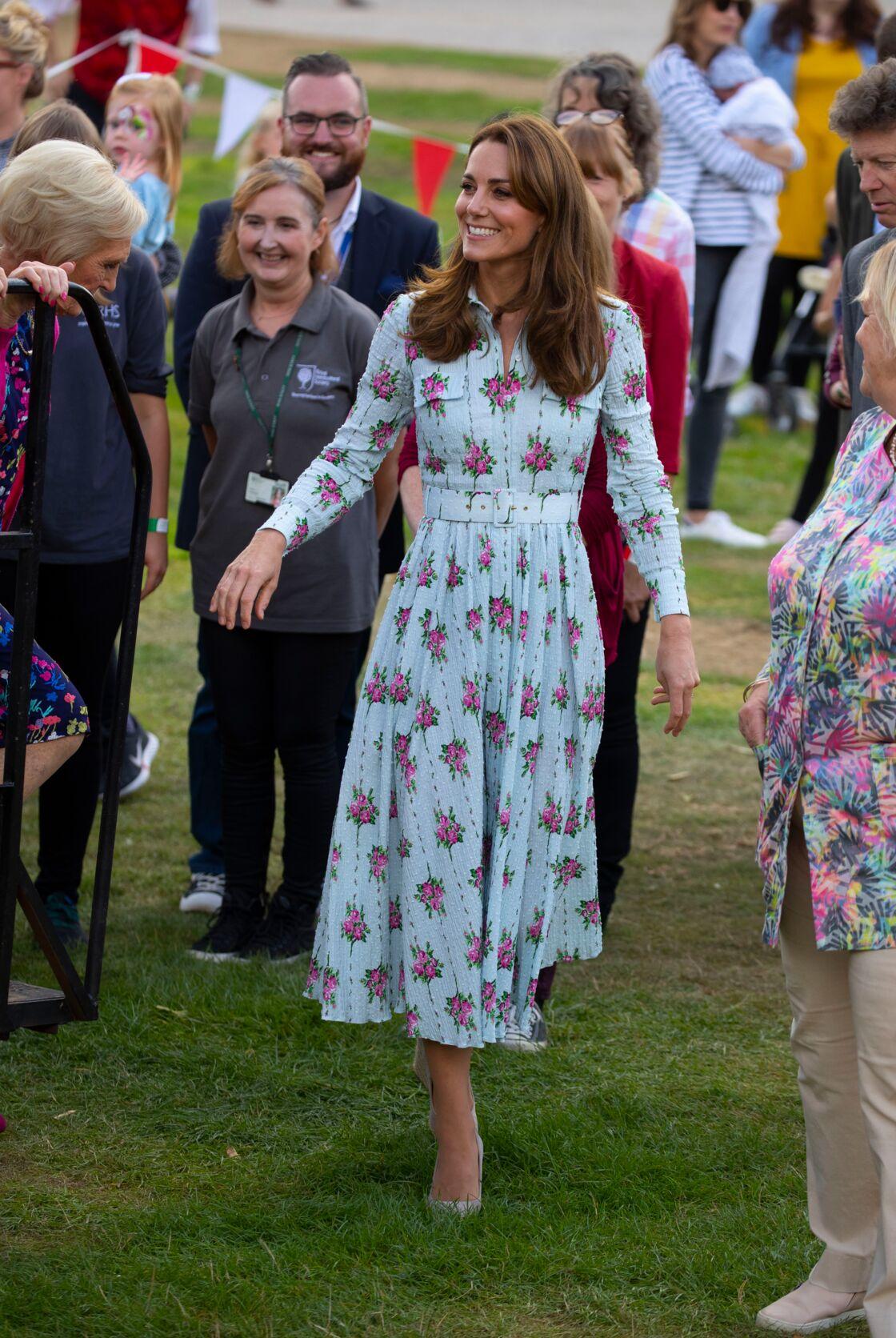 Kate Middleton ravissante dans l'une des robes à fleurs qu'elle collectionne (ici un modèle Michael Kors).