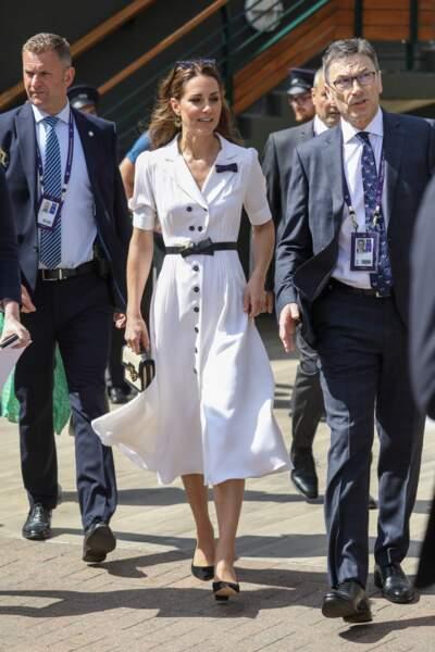 Kate Middleton à Wimbledon le 2 juillet 2019, dans une très chic robe blanche Suzannah Fashion qui sent bon l'été.