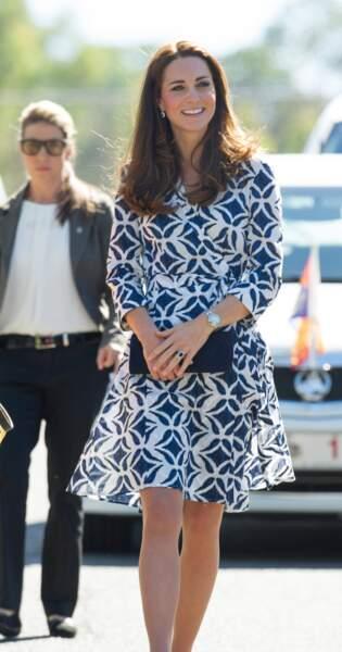 Kate Middleton en robe portefeuille Diane von Fürstenberg lors de leur visite officielle en Australie, le 17 avril 2014.