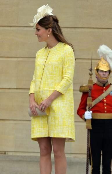 Kate Middleton enceinte dans un look très printanier, ici le 23 mai 2013 .