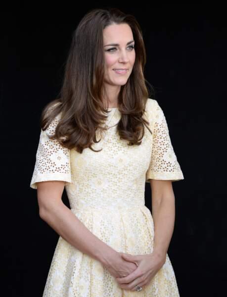Kate Middleton en robe ajourée Zimmerman le 20 avril 2014