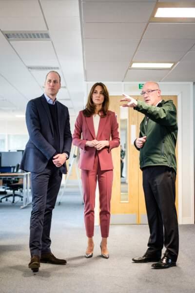 Kate Middleton toujours pile dans la tendance avec ce costume pour femme de couleur rose, un des must du printemps 2020, en mars 2020.