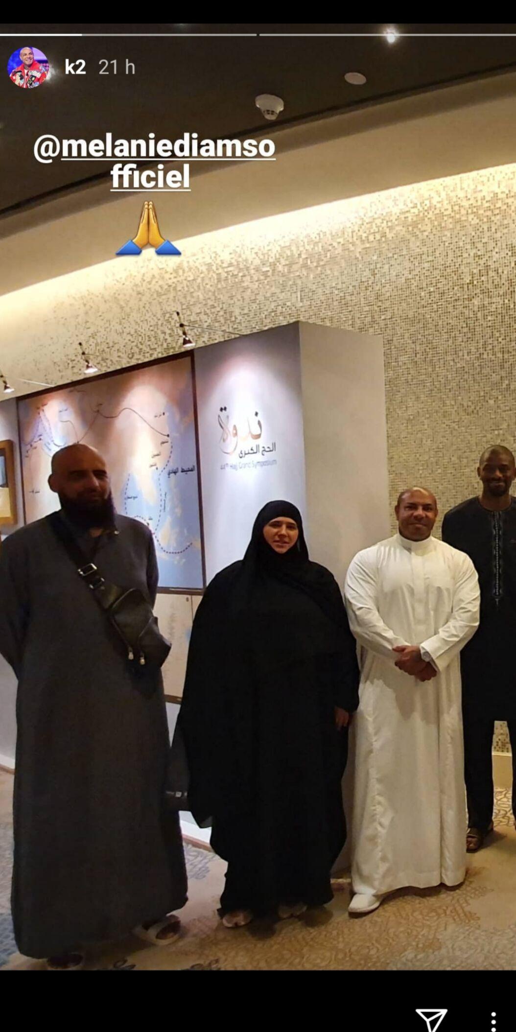 Diam's prend la pose aux côtés de trois hommes, dont l'un qui semble être son mari Faouzi Tarkhani.