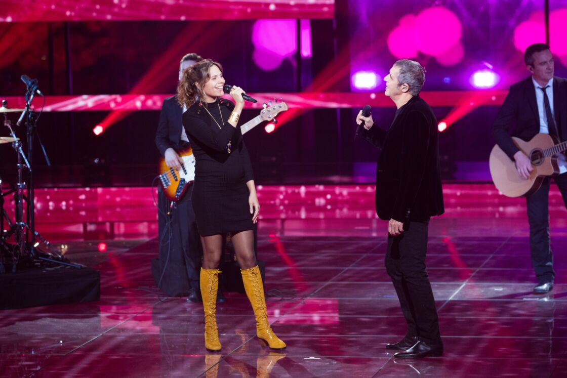 Vanille, la fille de Julien Clerc, a affiché son baby bump sur le plateau du Téléthon, en décembre dernier.