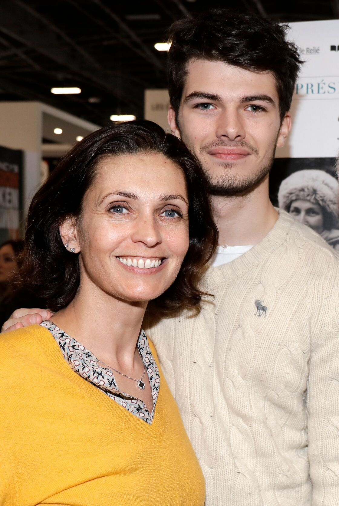 Adeline Blondieau pose avec son fils Aïtor au Salon du live, à Paris, en 2019.