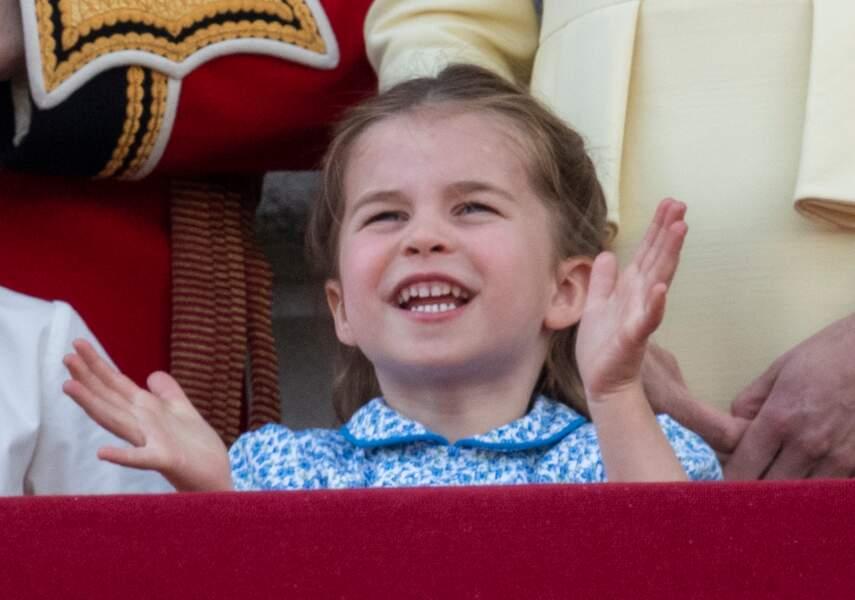 La princesse Charlotte de Cambridge pleine de joie au balcon du palais de Buckingham lors de la parade Trooping the Colour, le 8 juin 2019.