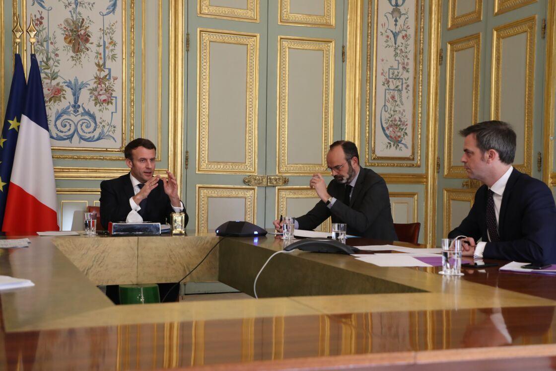 Emmanuel Macron, entouré du Premier ministre Edouard Philippe et du ministre de la Santé Olivier Véran.