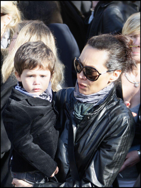 Jean Depardieu, alors âgé de 2 ans, avec sa mère Hélène Bizot, aux obsèques de Guillaume Depardieu, son demi-frère et le fils aîné de Gérard, en 2008.