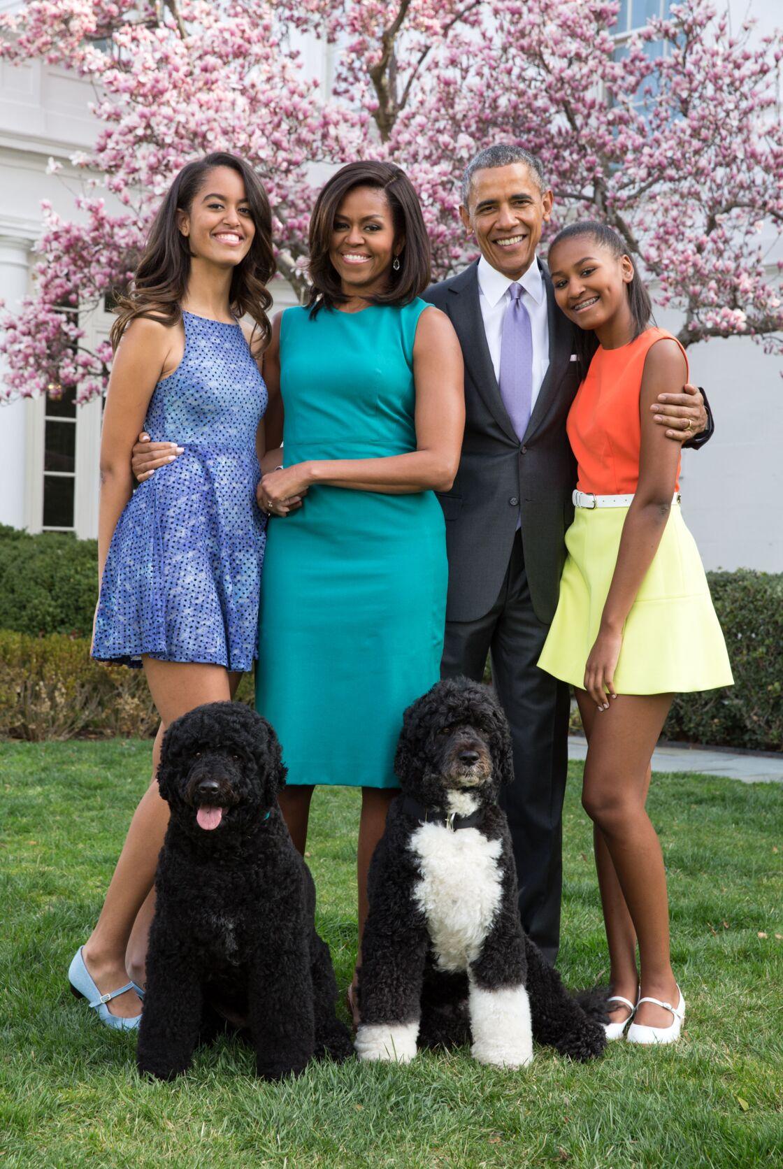 Barack Obama, sa femme Michelle Obama et leurs filles Malia et Sasha posent en famille avec leurs chiens Bo et Sunny dans le jardin Rose de la Maison Blanche le dimanche de Pâques, à Washington, le 5 avril 2015.