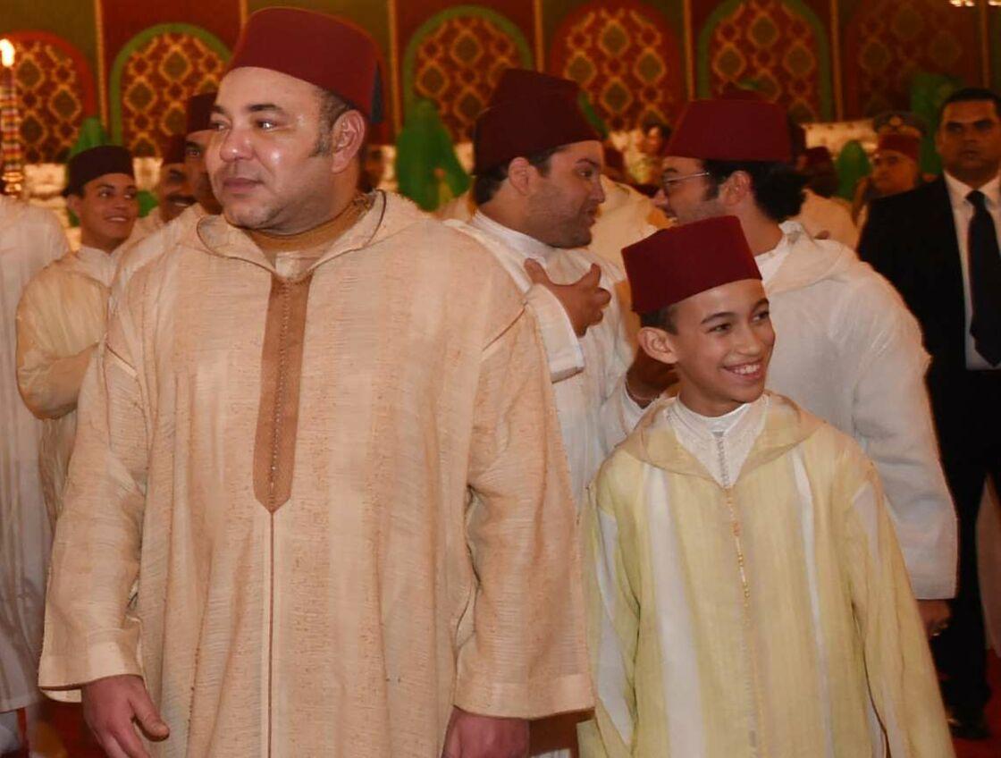Le roi Mohammed VI et son fils, le prince héritier Moulay El Hassan, au mariage du prince Moulay Rachid à Rabat, le 13 novembre 2014.