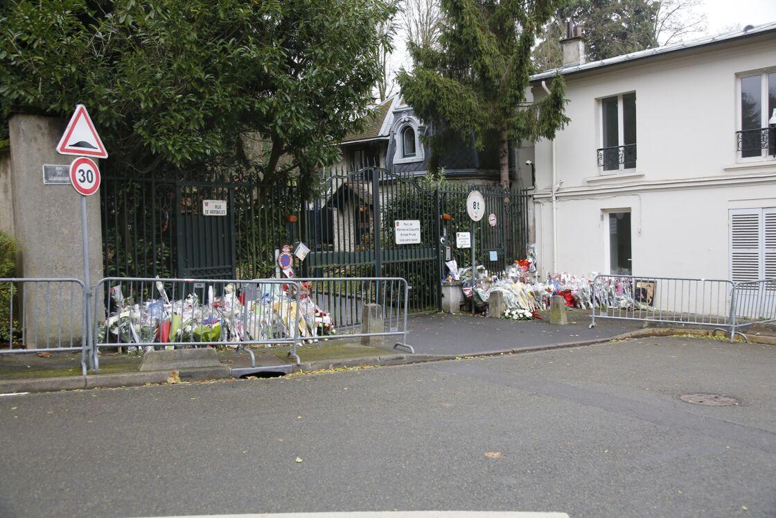 Les bouquets déposés par les fans de Johnny Hallyday, devant sa maison de Marnes-la-Coquette, suite à sa mort en décembre 2017.