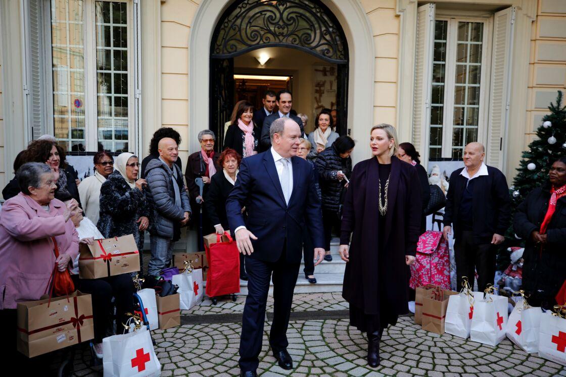 Le prince Albert II de Monaco et la princesse Charlene de Monaco lors de la remise des cadeaux de Noël à la Croix Rouge Monégasque, en décembre 2019.