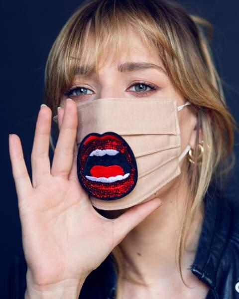 Masque Paulina Leonor, veste IKKS, boucles d'oreilles Carré Y.