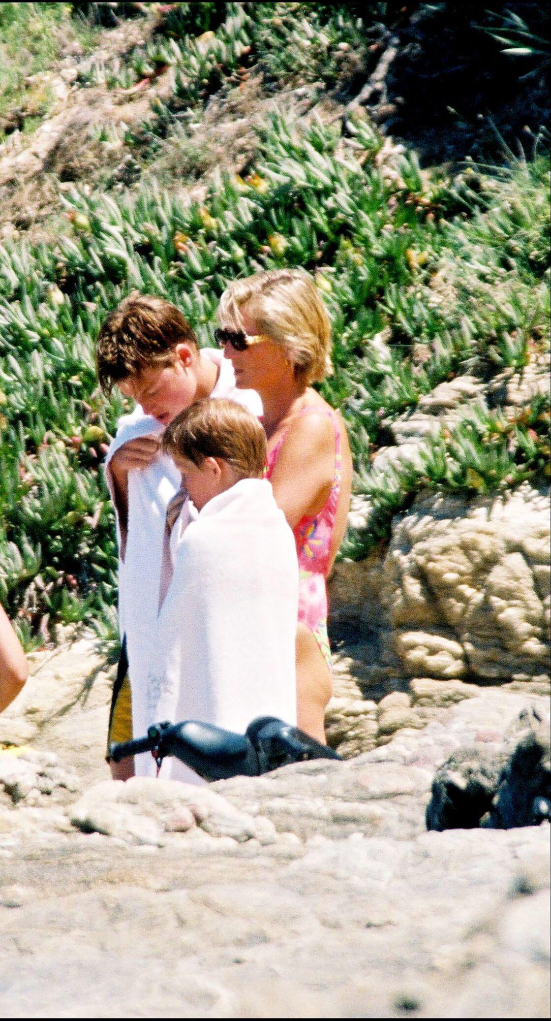 Diana, avec William et Harry, à Saint-Tropez, un peu plus d'un mois, avant sa mort annoncée le 31 août 1997.