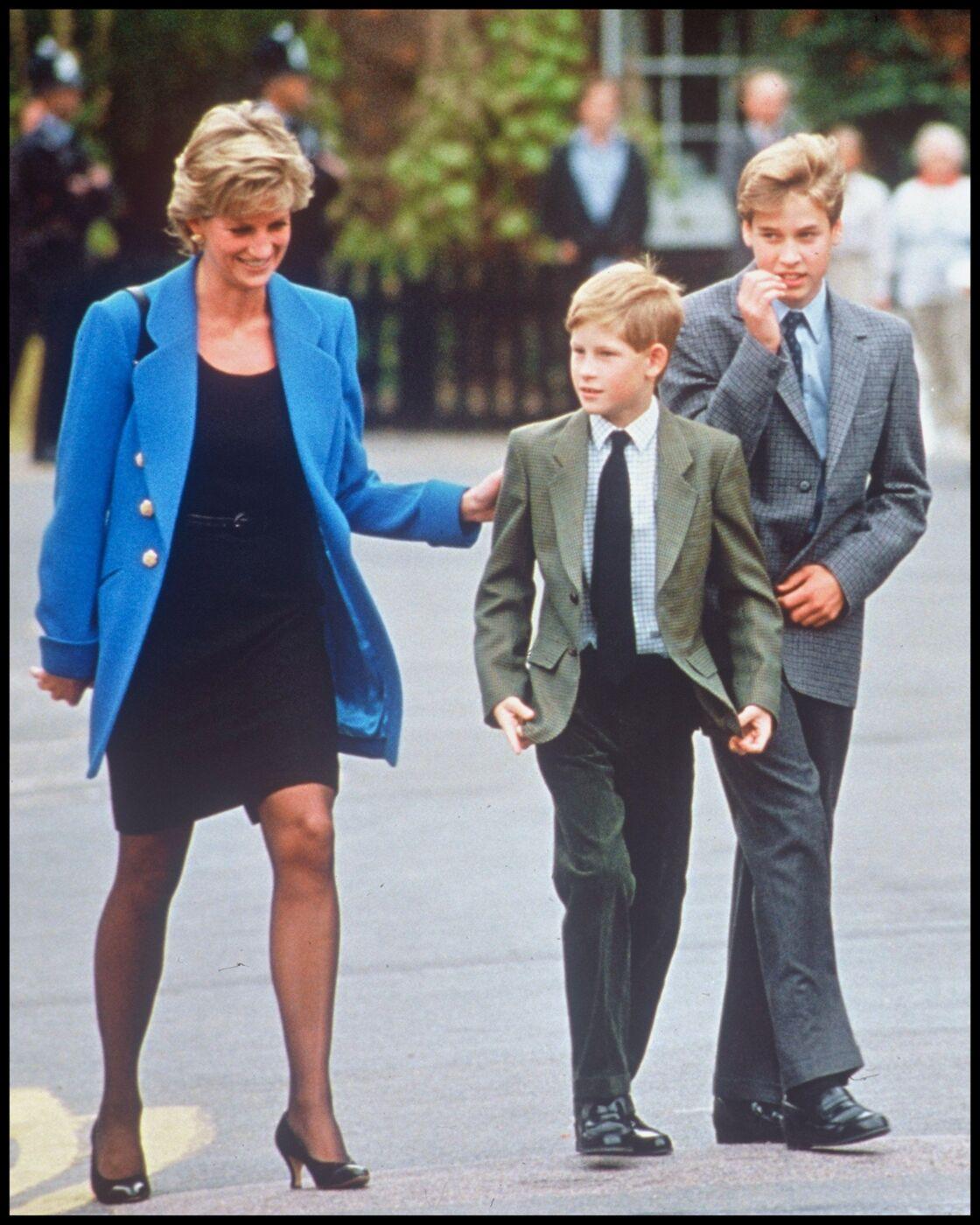 Diana avec ses deux fils, lors d'une visite du campus d'Eton, en 1995.