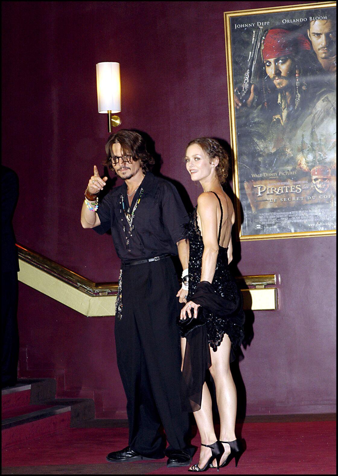 Vanessa Paradis et Johnny Depp, lors d'une première parisienne de Pirates des Caraïbes, en 2006.