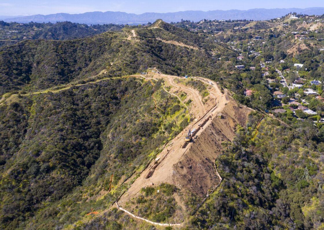 Mohamed Hadid fait construire une maison proche de celle occupée actuellement par le prince Harry et de Meghan Markle à Los Angeles. Sur ce terrain de 40 hectares, le promoteur immobilier de 71 ans prévoit de bâtir un gigantesque manoir de quatre étages.