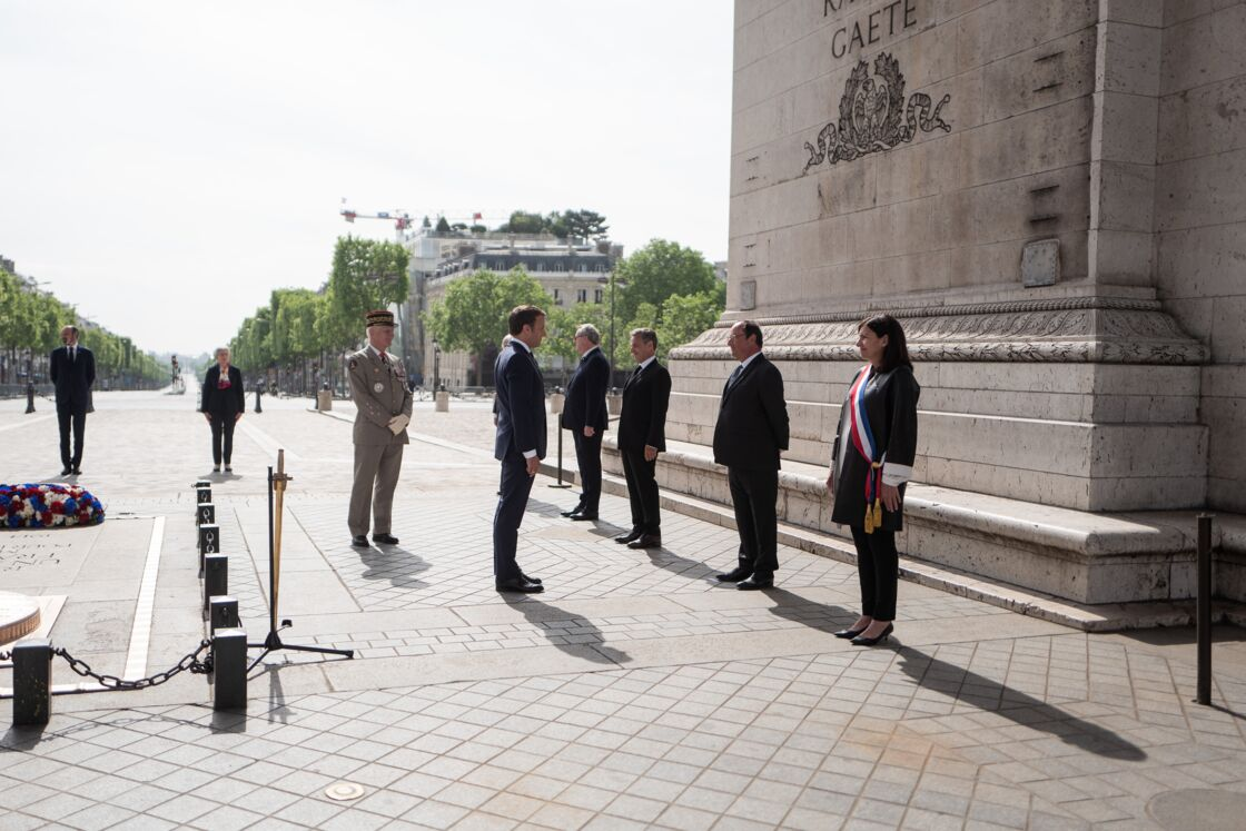 Emmanuel Macron a salué François Hollande et Nicolas Sarkozy en respectant la distanciation sociale lors des commémorations du 8-Mai