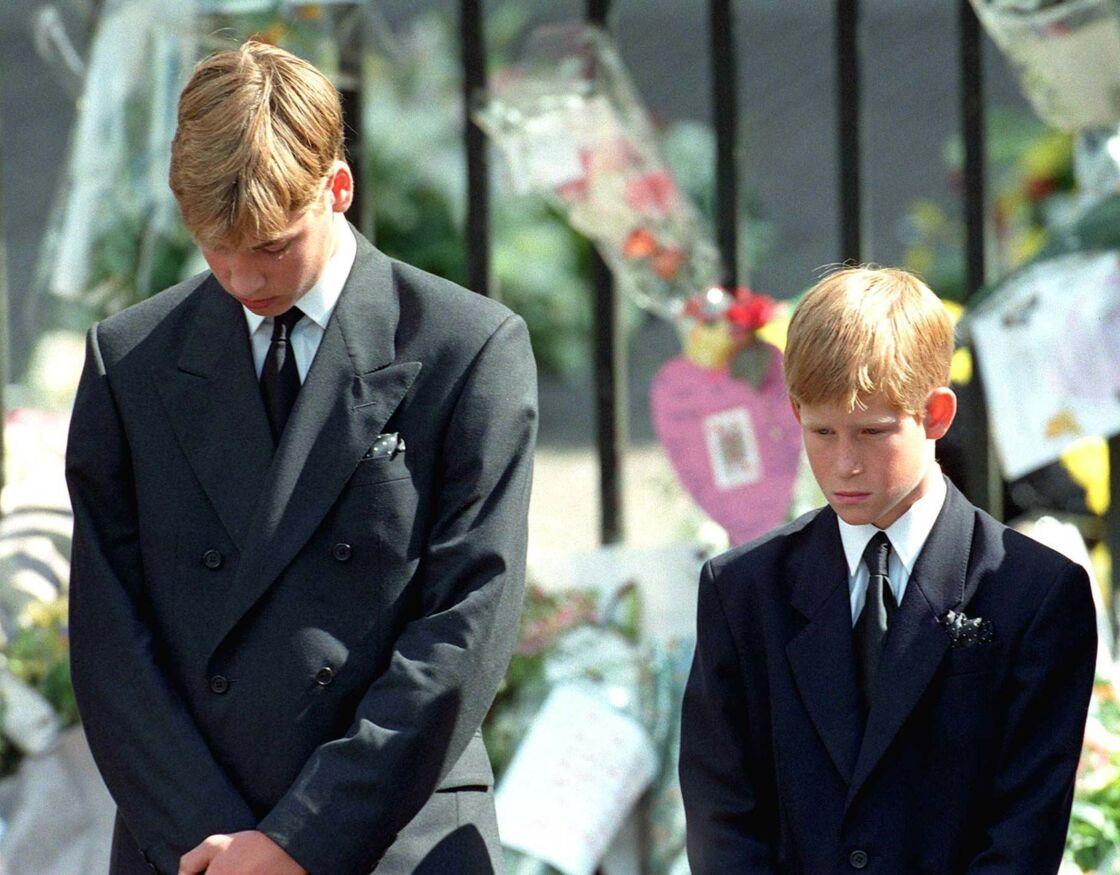 Les princes William et Harry aux funérailles de leur mère Lady Diana, à Buckingham Palace, le 5 septembre 1997.