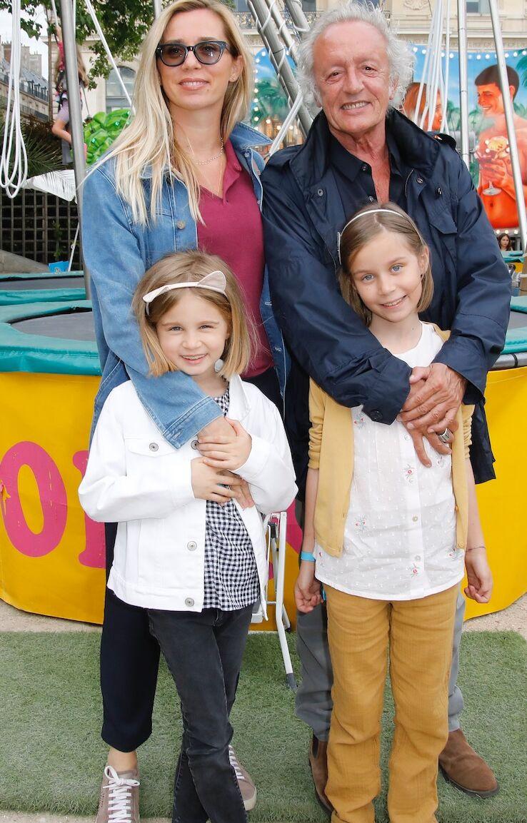 Didier Barbelivien aux côtés de sa femme, Laure, et de leurs jumelles, Louise et Lola