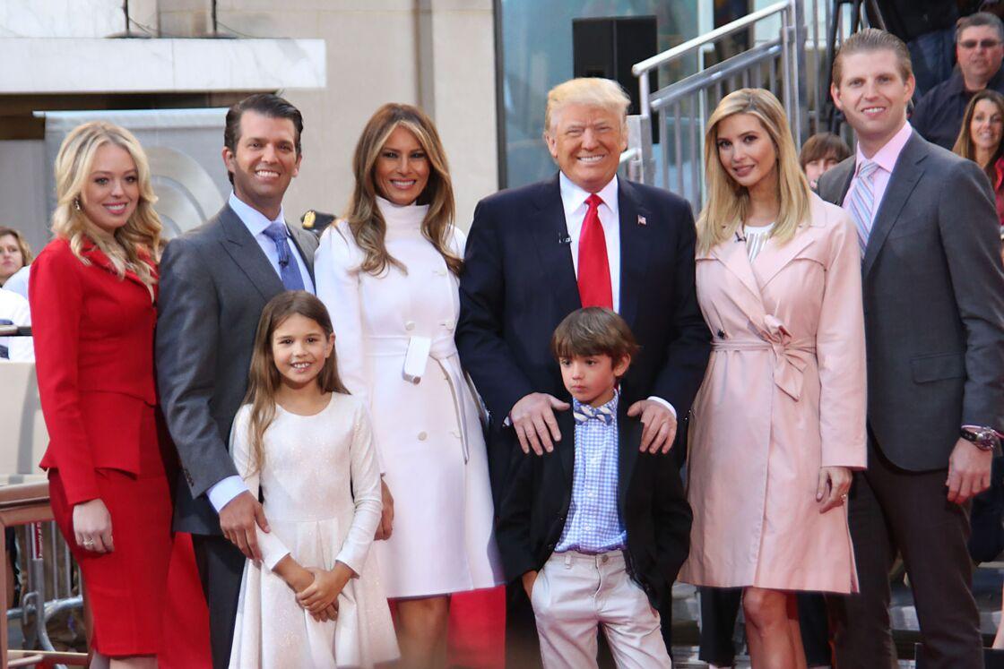 Donald Trump et, de gauche à droite, sa fille Tiffany Trump, son fils Donald Jr Trump, sa femme Melania Trump, sa fille Ivanka Trump et son fils Eric Trump et devant ses petits enfants Kai Trump et Donald Trump III
