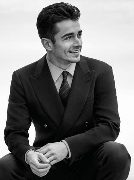 Charles Leclerc pose pour la première fois en costume Giorgio Armani dans un décors noir et blanc, photographié à Saint-Tropez par John Balsom.