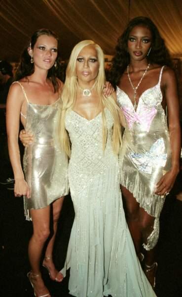 Naomi Campbell en 1999, toujours proche de Kate Moss, Donatella Versace.