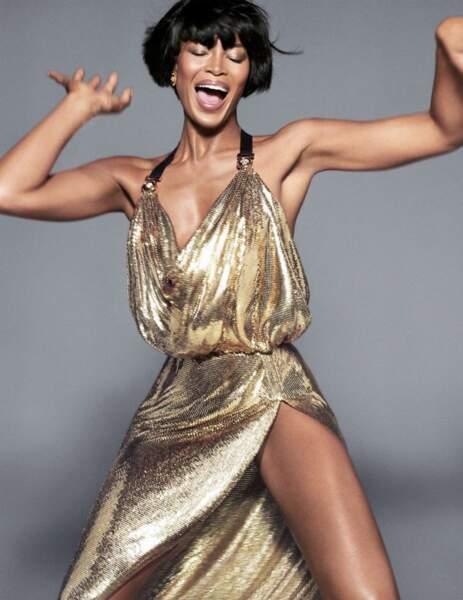 """Naomi Campbell en 2017, version cheveux courts, pose pour la campagne publicitaire de """"Versace"""". New York, le 14 décembre 2017."""