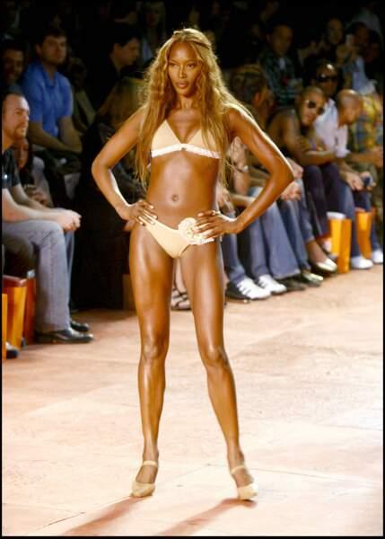 Naomi Campbell affiche un corps parfai lors du défilé ROSA CHA.