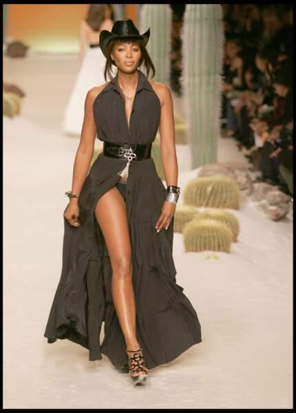 Naomi Campbell en 2009. A 39 ans, elle défile, féline pour Hermès.