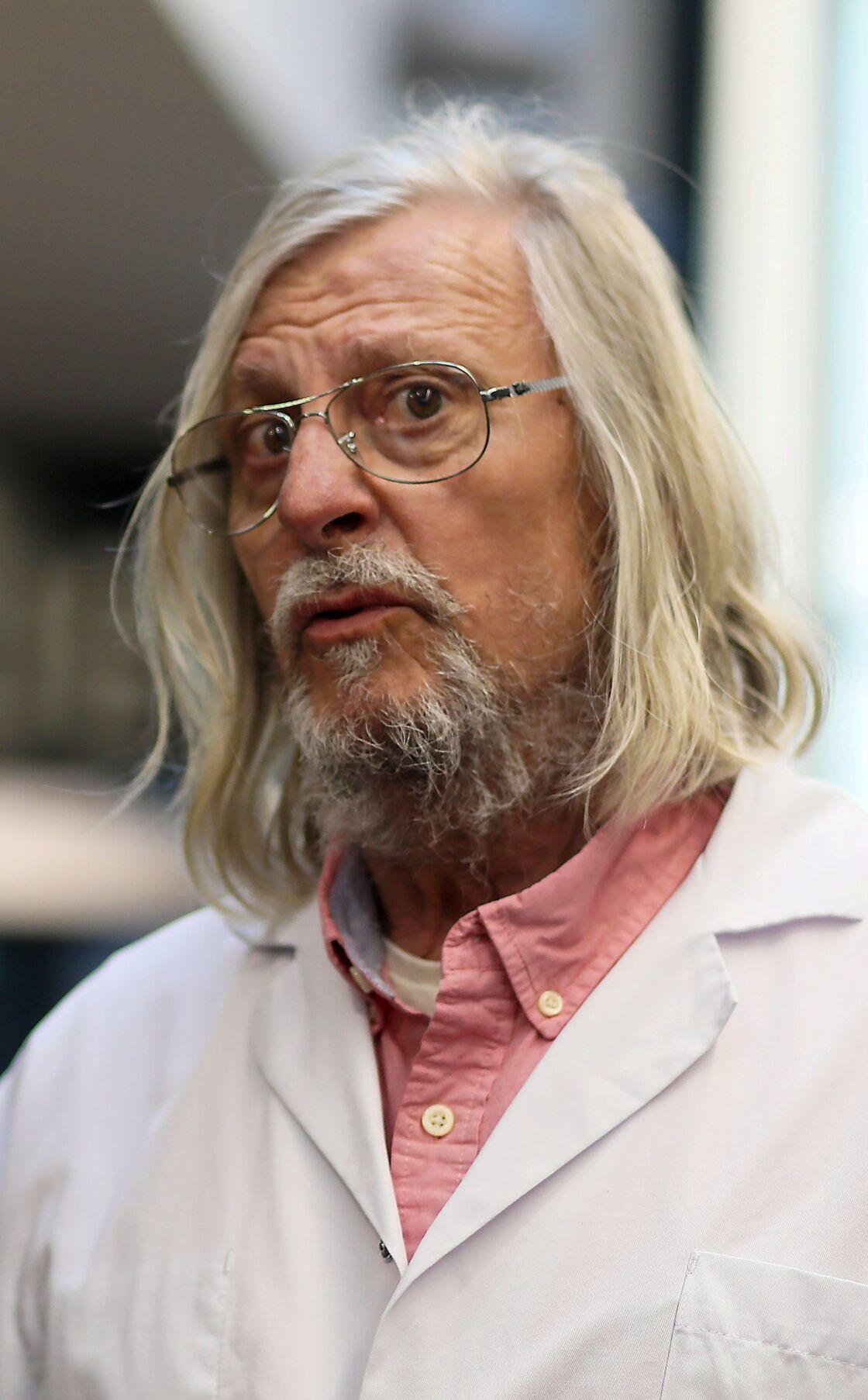 Le professeur Didier Raoult à l'IHU Marseille lors d'une visite de Renaud Muselier le 2 mars 2020