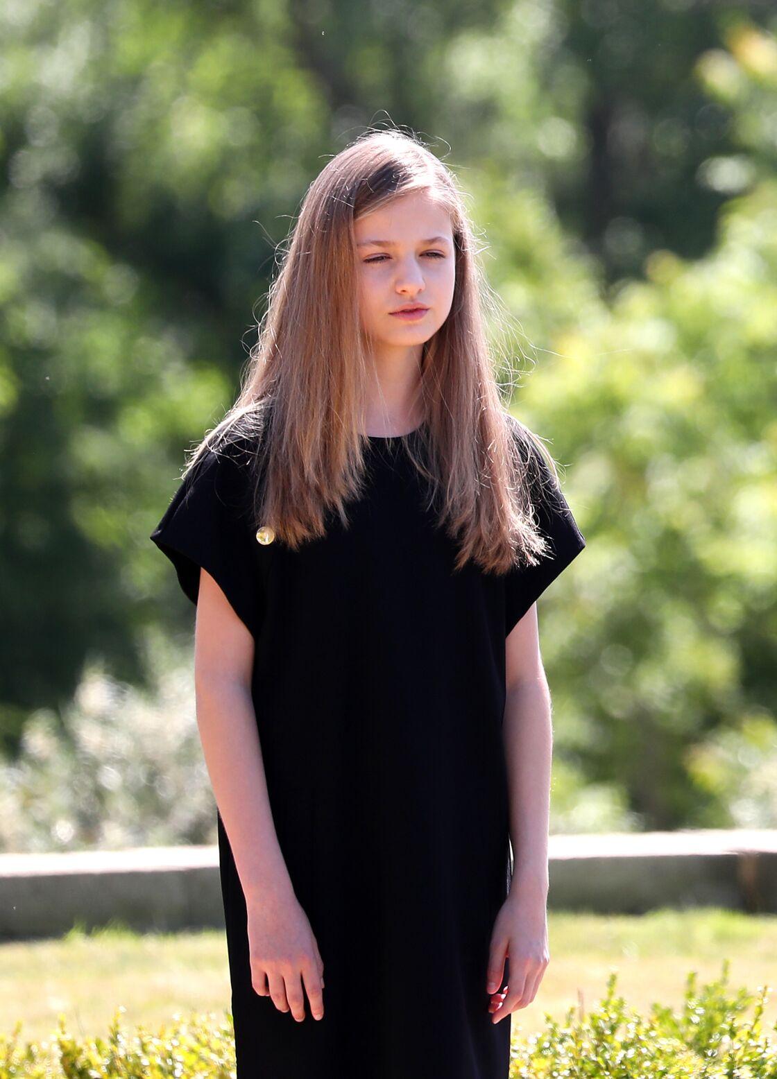 Leonor d'Espagne, la future reine, porte une robe noire légèrement différente de sa mère et de sa sœur.