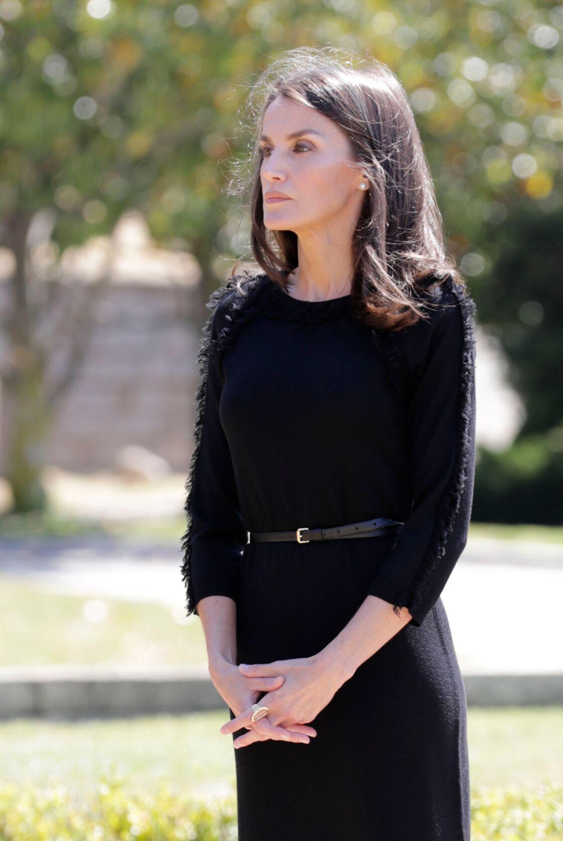 Letizia d'Espagne chic et sobre le 27 mai 2020 dans cette robe noire stylée.