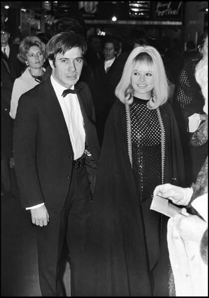 Guy Bedos et Sophie Daumier, alors son épouse, à la sortie du concert de Marie Laforêt, à l'Olympia en 1969.