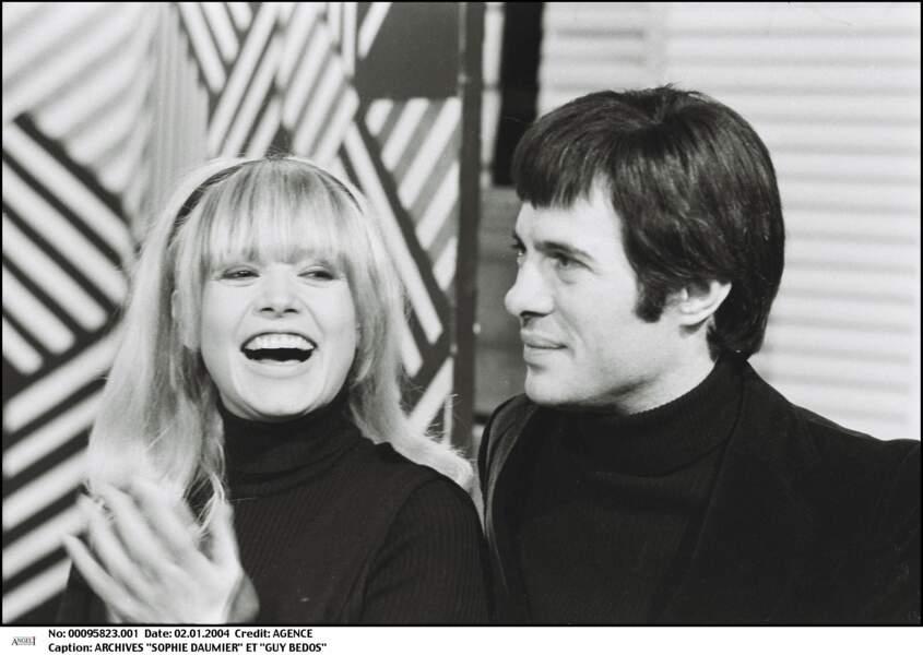 Sophie Daumier et Guy Bedos sur le plateau d'une émission, au début des années 1970.