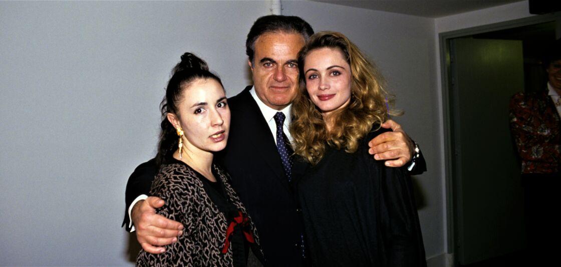 Guy Béart entouré de ses filles Ève et Emmanuelle, à Nice, en décembre 1989.
