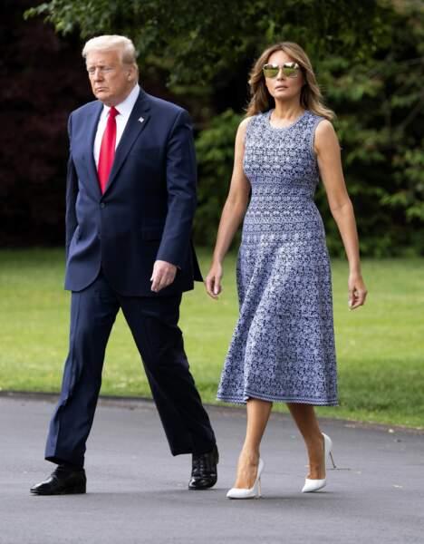 """Melania Trump mixe une robe midi Azzedine Alaïa à une nouvelle paire de lunettes de soleil Dior. Seuls ses escarpins Manolo Blahnik ne sont pas """"français """"."""