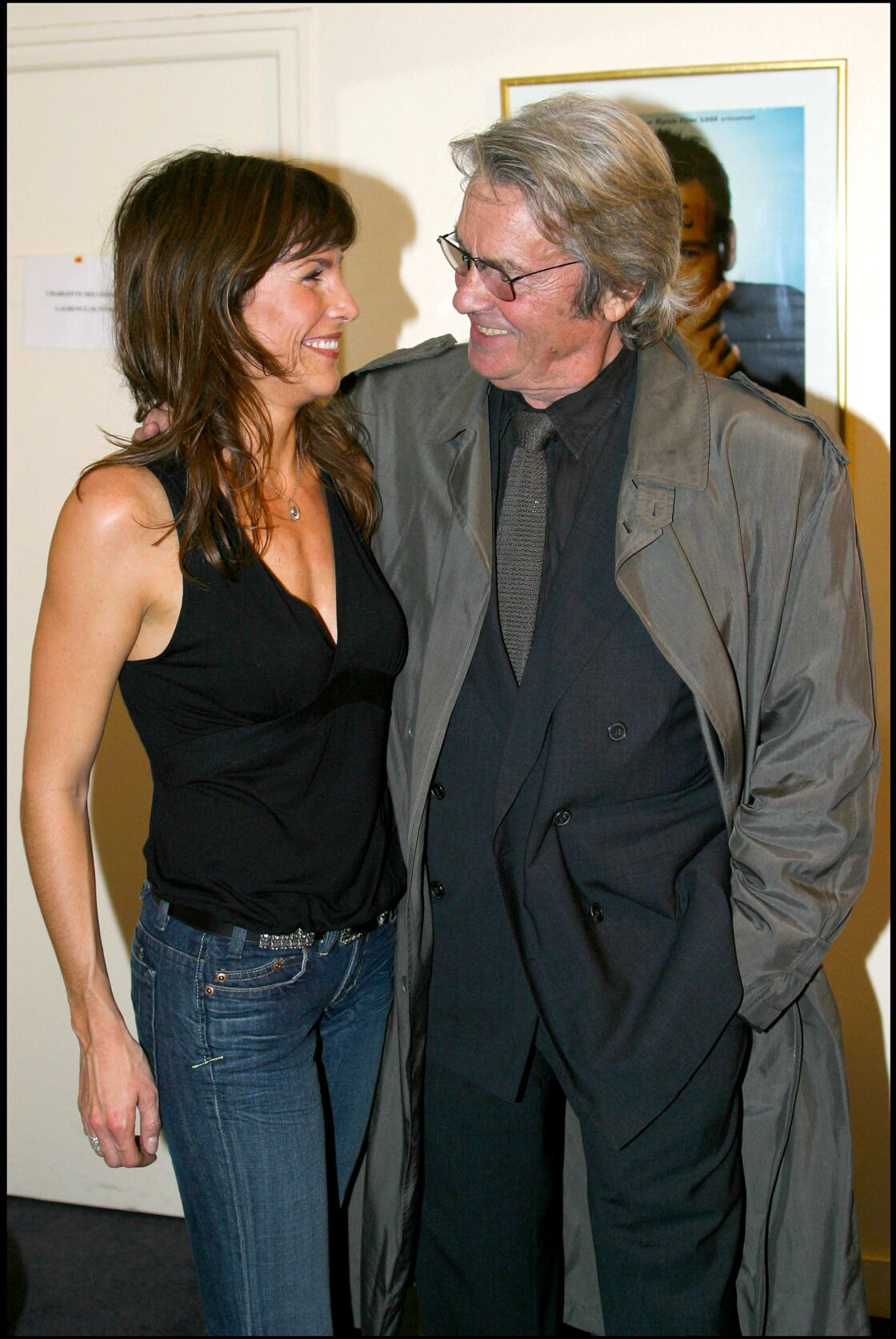 Astrid Veillon et Alain Delon le 27 octobre 2003