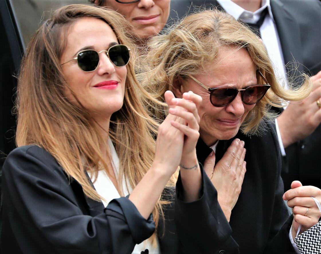 Victoria Bedos et sa mère Joëlle Bercot lors des obsèques de Guy Bedos, à Paris, le 4 juin 2020.