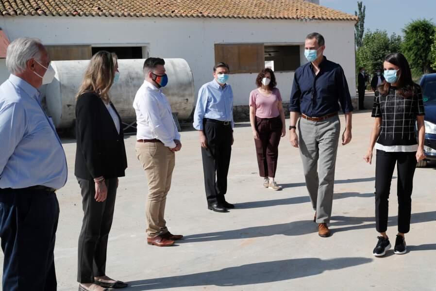 Le roi Felipe VI et la reine Letizia d'Espagne ont visité ce 3 juin 2020 une ferme à San Martín de Valdeiglesias près de Madrid pendant l'épidémie de Covid-19. En période de pandémie, le couple porte un masque.