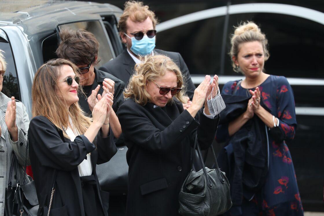 Victoria et Joëlle Bedos, très émues, aux obsèques de Guy Bedos