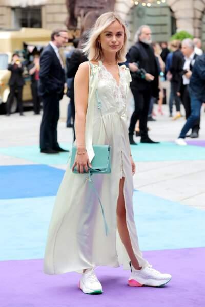 Lady Amelia Windsor mixe les sneakers à la robe chic pour un look semi-décontracté.