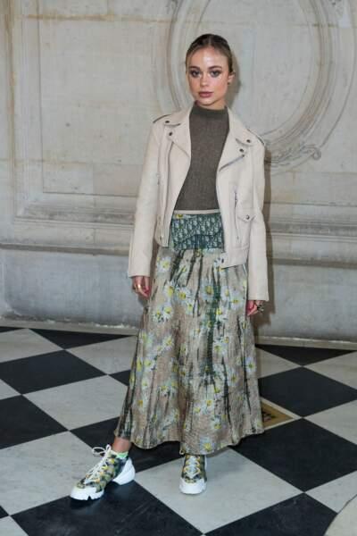 Amelia Windsor porte des baskets avec une tenue chic, ici lors du défilé Dior, le 21 janvier 2019