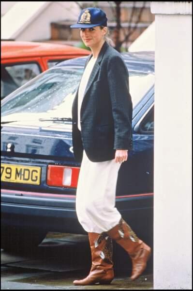 La princesse Diana dans un look faussement décontracté entre bottes et casquette xxl.