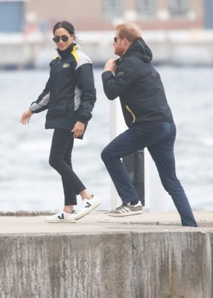 Meghan Markle et le prince Harry en coupe-vent et baskets.