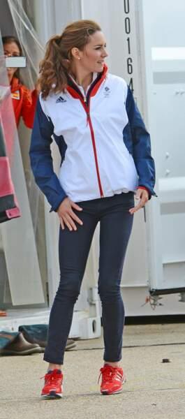 Kate Middleton k-way et baskets rouges Adidas en 2012 lors des Jeux-Olympiques de Londres.