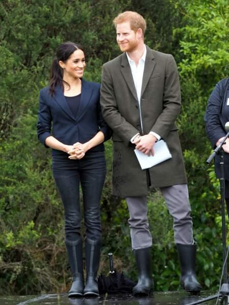 Meghan Markle et le prince Harry en jean et bottes, en Nouvelle-Zélande, le 30 octobre 2018.